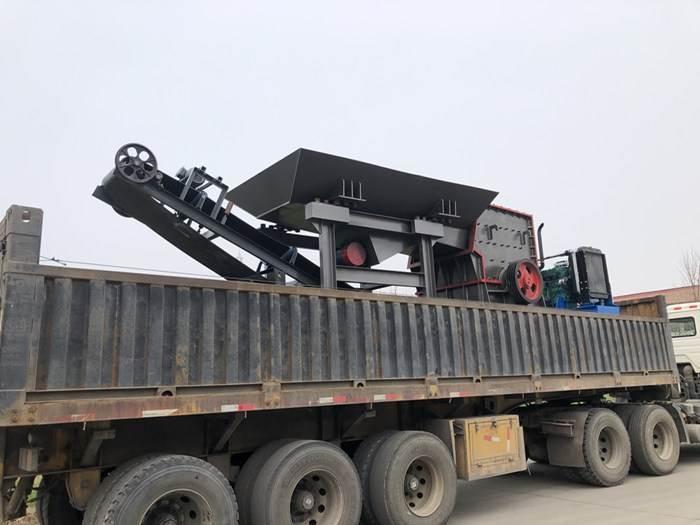 简易柴油版箱式移动破碎机装车发货中